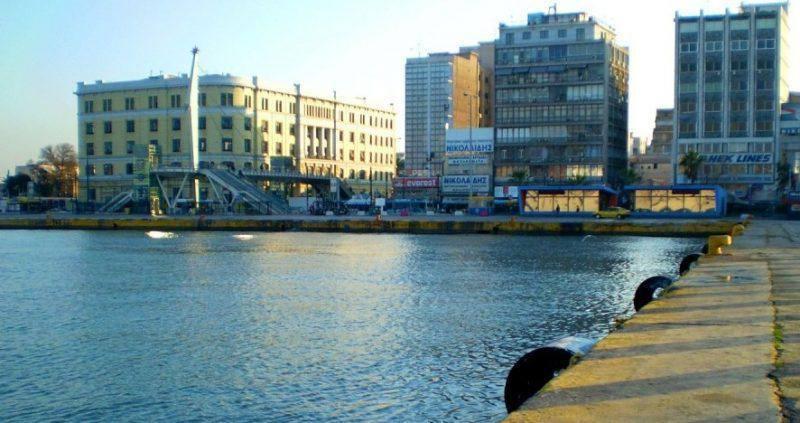 Πτώση οχήματος στην πύλη Ε2 στο λιμάνι του Πειραιά | Δυτικές ματιές